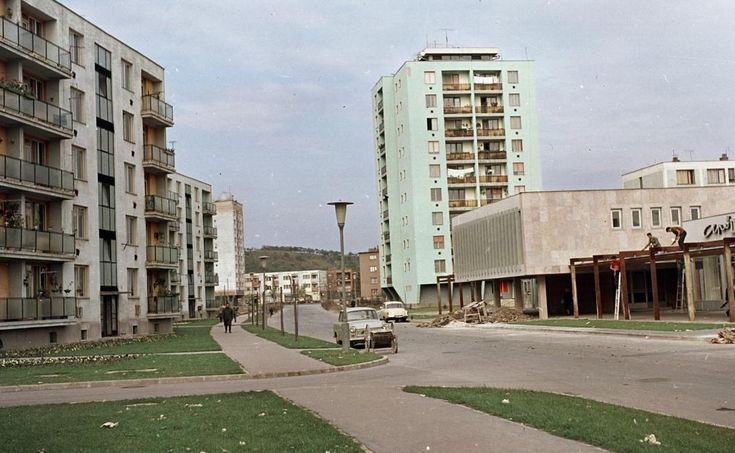 Kilián-dél, Kandó Kálmán utca észak felé nézve, a bal oldali toronyház tetején a csillagvizsgáló. 1965