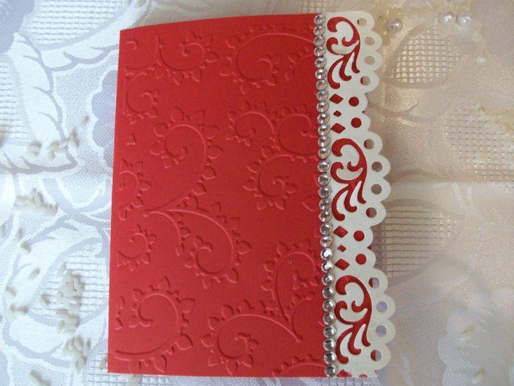 Rosso passione,per un matrimoni all'insegna dell'amore,decorato con pizzo e arricchito con strass.