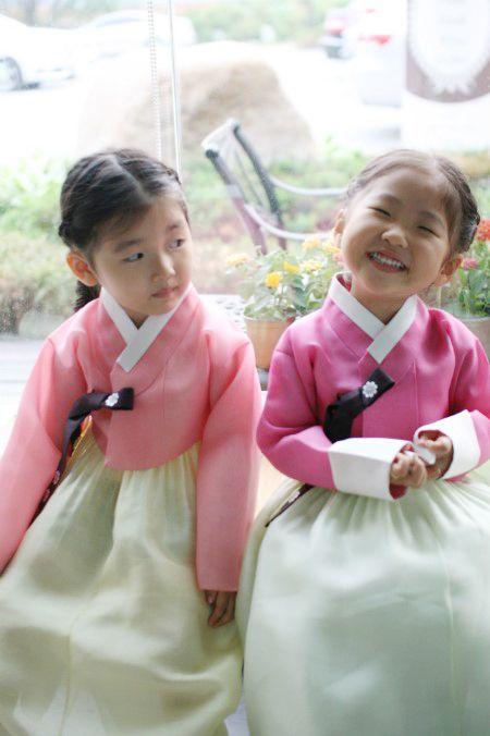 5살 두 여자 아이가 TV에 나오는 두 주인공처럼 넘 예쁜 모습이죠^^ 저희집 큰딸 고은양과 제 베프딸 가...