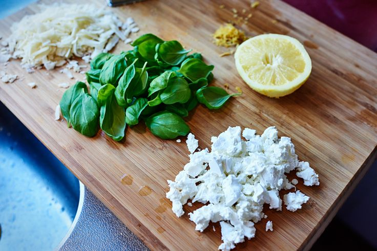 Spaghetti met citroen, feta en basilicum. (Spaghetti with lemon, feta and basil.) Publications and see more on:  Recipe here (dutch): http://www.puureten.net/recepten/zomerse-spaghetti-met-citroen-feta-en-basilicum/ ©2015 All rights reserved.