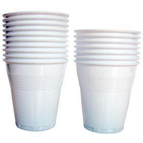 Pegamos dos vasos de plástico, uno encima del otro, quedando las aberturas de los vasos pegadas. En ellos con pintura satinada dibujaremos y pintaremos un soldado inglés.