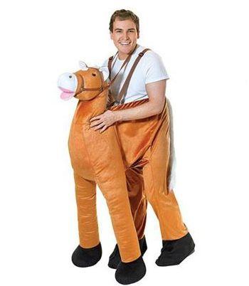 Pluche instap paard kostuum. Een grappig kostuum waar u in stapt zodat het lijkt alsof u op een paard zit. De bretels zijn verstelbaar. Geschikt voor volwassenen, one size. De taille meet ongeveer 122 cm.