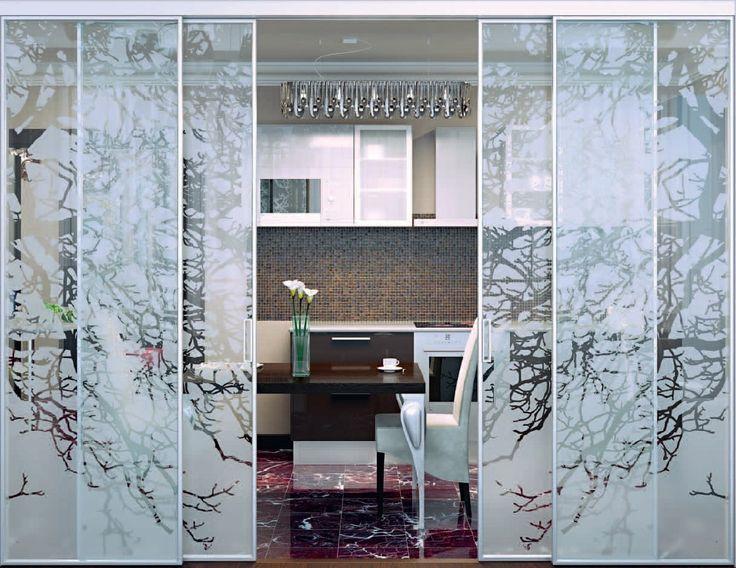 Раздвижные стеклянные перегородки с авторским декоративным рисунком.