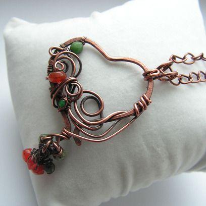Naszyjnik w kształcie serca wykonany z miedzianego, oksydowanego drutu w technice wire wrapping, ozdobiony naturalnymi kamieniami w kolorze zielonym (zoisyt) i pomarańczowym (karneol).  Długość łańcuszka: 62-65 cm (istnieje możliwość przedłużenia/skrócenia) wielkość wisiora 4x5,5 cm