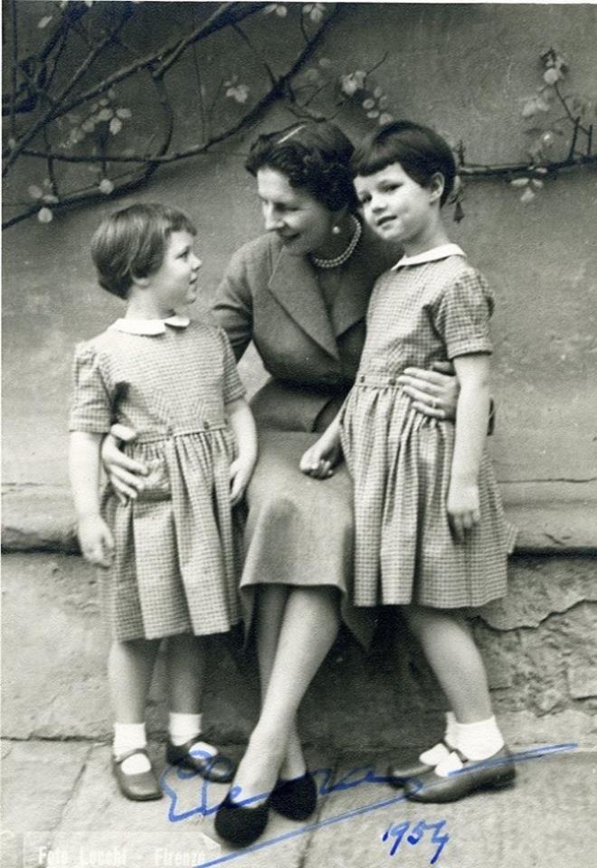 Regina mamă Elena (Sitta) cu nepoatele ei, fiicele lui Mihai, 1954. Aici, cu Margareta (n. 1949) şi Elena (n. 1950).
