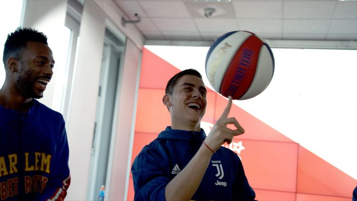 Paulo Dybala, Douglas Costa and Sami Khedira put their basketball skills to the test with the Harlem Globetrotters!