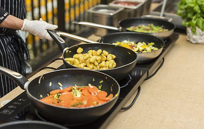 Vor den Augen der Gäste frisch zubereitet http://blog.eventsofa.de/top-10-catering-service-anbieter-in-deutschland/ #Livecooking #Showcooking #Outdoor #Indoor #Event #Firmenfeier #Frisch