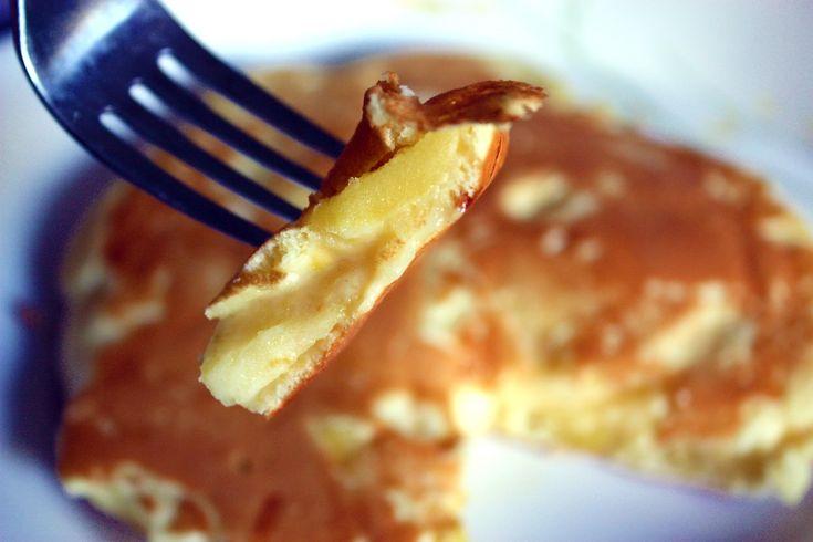Σήμερα φτιάχνουμε νόστιμες τηγανίτες ολικής άλεσης, με μήλο και γιαούρτι! Για 15- 17 τηγανίτες μέτριου μεγέθους θα χρειαστούμε: 2 κούπες αλεύρι που φουσκώνει μόνο του, ολικής άλεσης 1 1/2 κουταλάκι κανέλα 1/4 κουταλάκι αλάτι 180 mlγιαούρτιπλήρες 1 μήλο τριμμένο στον ψιλό τρίφτη 2 1/2 κούπες γάλα 1 βανίλια 1 1/2 κουταλιά μέλι  Εκτέλεση: Σε μεγάλο μπολ ανακατεύετε όλα τα υλικά μέχρι να γίνουν ένας πηχτός χυλός. Ζεσταίνετε ένα αντικολλητικό τηγάνι σε μέτρια φωτιά και με τ...