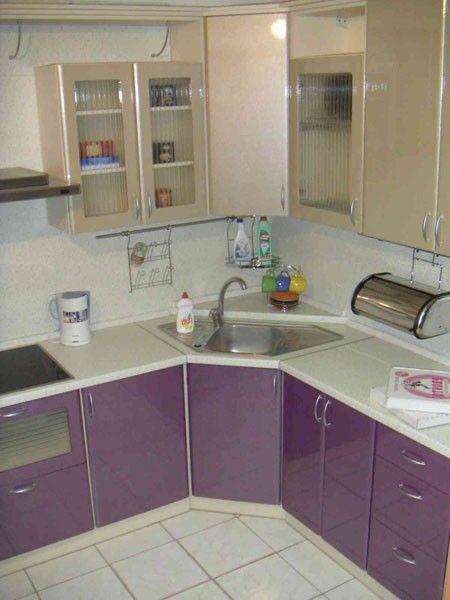 Дизайн кухни 7 кв м подразумевает угловое расположение мебели и  лаконичный интерьер.