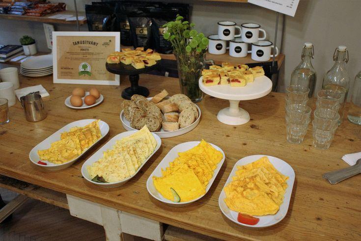 Miért+halványabb+a+bio+tojássárgája?+Miért+drágább?+Mit+esznek+tyúkok+bio+tartásban?+A+Farm+Tojás+Kft.+ügyvezető+igazgatójával,+Dr.+Kertész+Tamással+beszélgettünk -+Mitől+függ+a+tojássárgája+színe?A+tojássárgájának+színe+egyértelműen+a+takarmányozástól+függ.+Vannak+olyan+természetes+alapanyagok,…