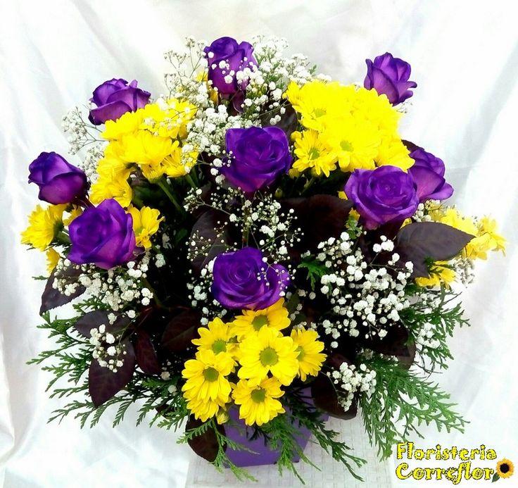 Centro de rosas violeta y margaritas amarillas. FLORISTERÍA CORREFLOR 91 695 62 71 - 91 695 66 77