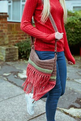 innovart en crochet ~ I've been looking for a 1970s style bag like this, and I really like the colors, too.
