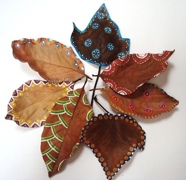 """HOJAS PINTADAS: """"Las hojas secas cubren en abundancia el camino de los recuerdos"""". James Joyce."""
