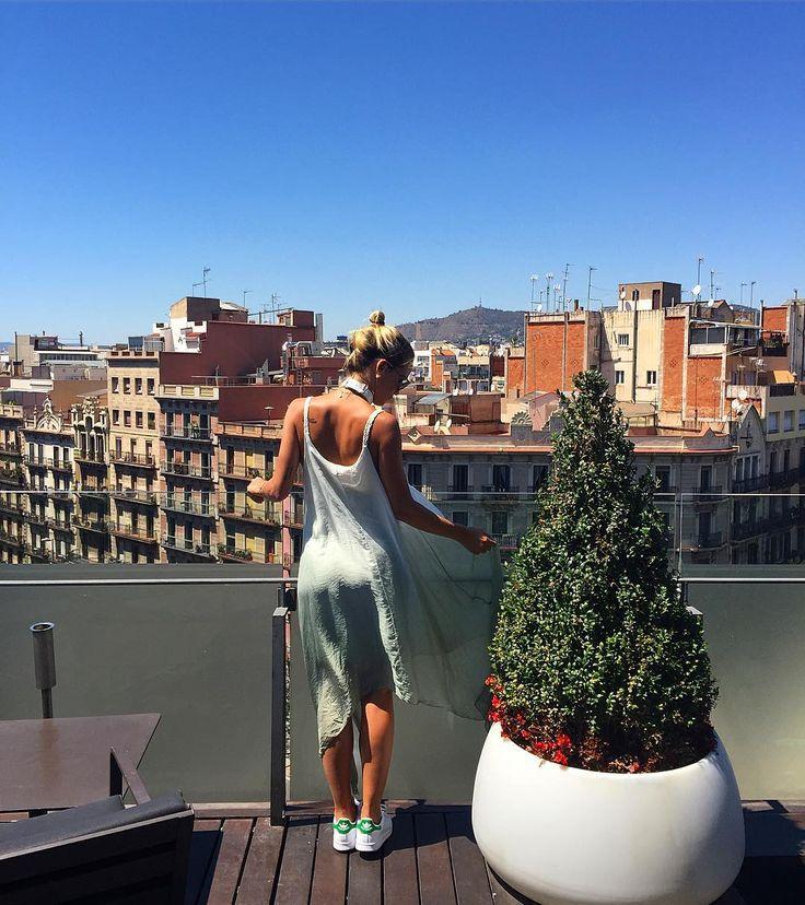 Hay vestidos que no pueden faltar en tu fondo de armario. Photo by: @valeriavalle #trend #fashion #vestido #dress #inspiration #tendencia #moda #florencia #barcelona #shopping #shop #lookoftheday #estilismo #streetstyle #outfit #musthave #seda #degrade #fashioninspiration
