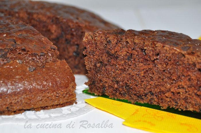 la torta al cioccolato senza uova latte e burro leggera e soffice, golosa sia per la colazione sia per merenda è un dolce adatto anche a chi è intollerante
