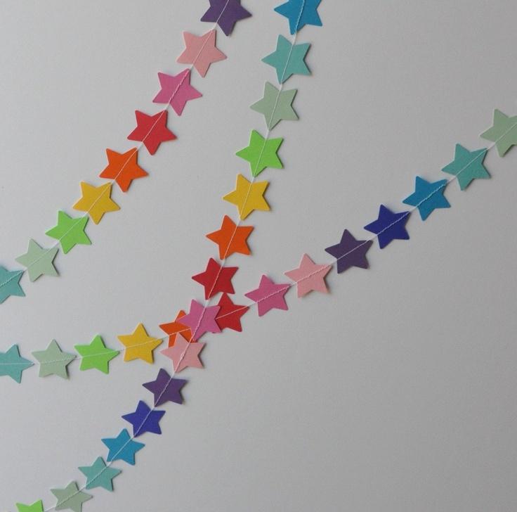 une guirlande d'étoiles aux couleurs de l'arc en ciel