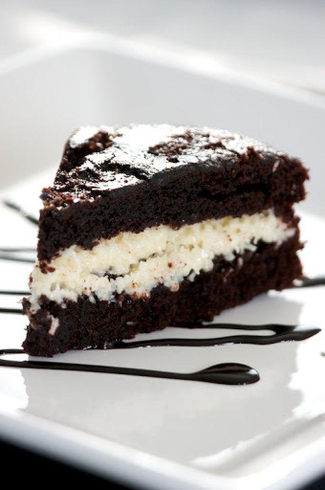Υγρό κέικ σοκολάτας με μούς φράουλα ή κρέμα καρύδας
