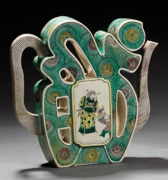 Verseuse en biscuit émaillée dans le style des émaux de la famille verte, de personnages dans des réserves entourées d'un chiffre stylisé XIX ème siècle dans le gout Kangxi L21.5cm Restauration ancienne au col