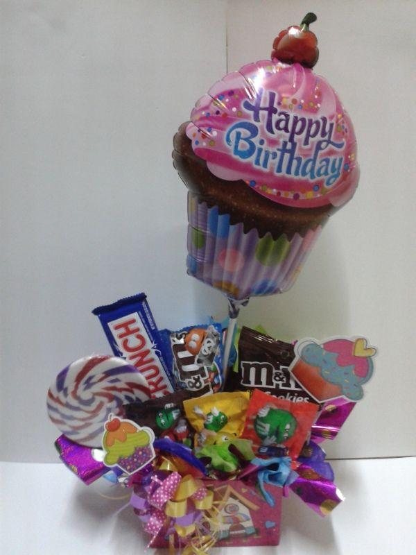 Para celebrar un cumpleaños, tu aniversario o un detalle para tus fechas especiales, decora bases con tus dulces favoritos, añade un globo y cintas de colores. #DetallesAmorYAmistad #AmorYAmistad