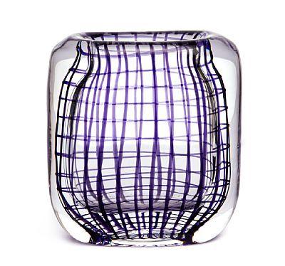"""Hermann Bongard Oslo 1921 - Bærum 1998 Vase Hadeland Glassverk. Midten av 1950-tallet. Klart glass med lillafarget rutemønster. Usignert, merket: """"H"""". HØYDE 12,50 CM"""