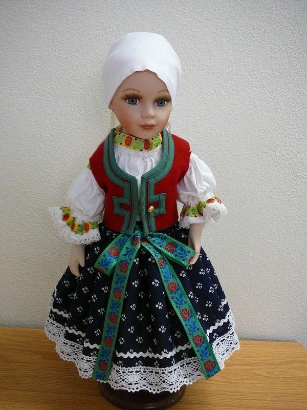 Krojovaná porcelánová panenka z valašska 2