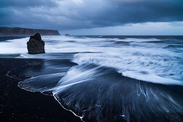Praia Vik, Islândia Uma outra praia de areia preta formada pelo mesmo fenômeno é a praia Vik, na Islândia.