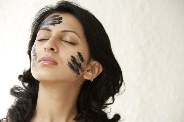 Przepis na maseczkę z węgla aktywnego dla skóry trądzikowej i zanieczyszczonej