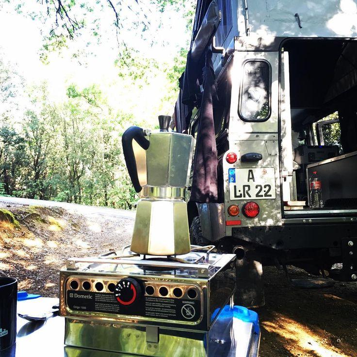 Sonne im Nacken, der Kaffee zischt vor sich hin, im Hintergrund zwitschern irgendwelche Vögel in den Olivenbäumen. Ich liebe diese stillen Momente am Morgen.