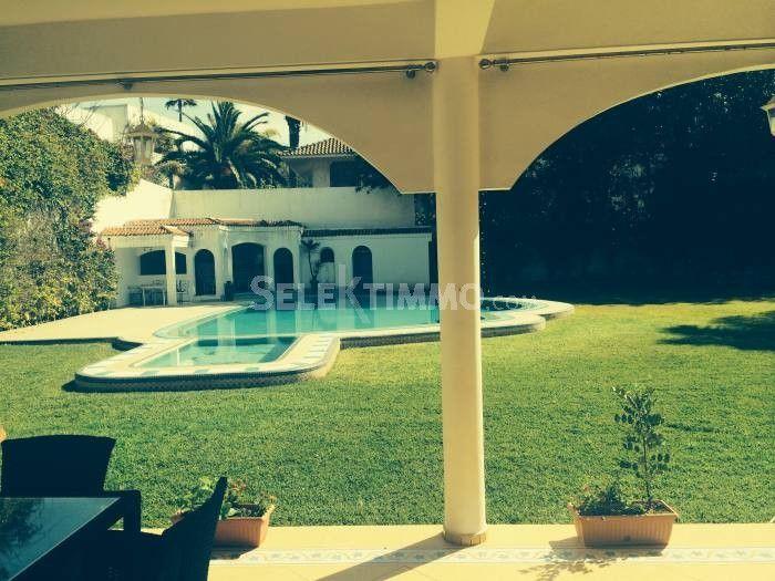 Villa à rénover de 1915 m², située à Anfa. Grand jardin, piscine.
