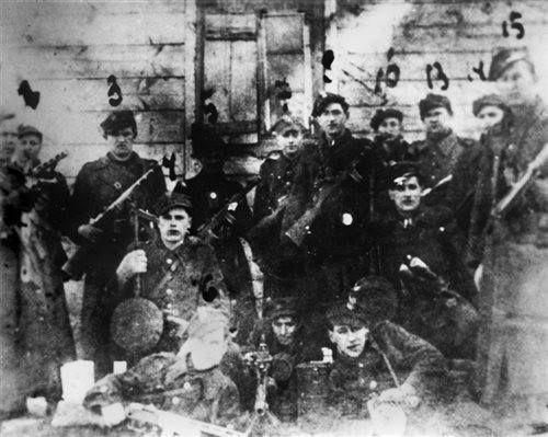"""1947. Oddział PAS powiatu NZW Łomża (Okręg Białystok) kpr. Henryka Gawkowskiego """"Roli"""" (stoi piąty od prawej)."""