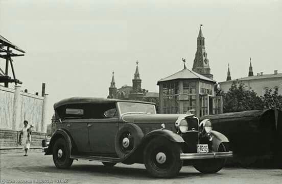 Москва.1933 год. Линкольн на АЗС на Манежной площади.