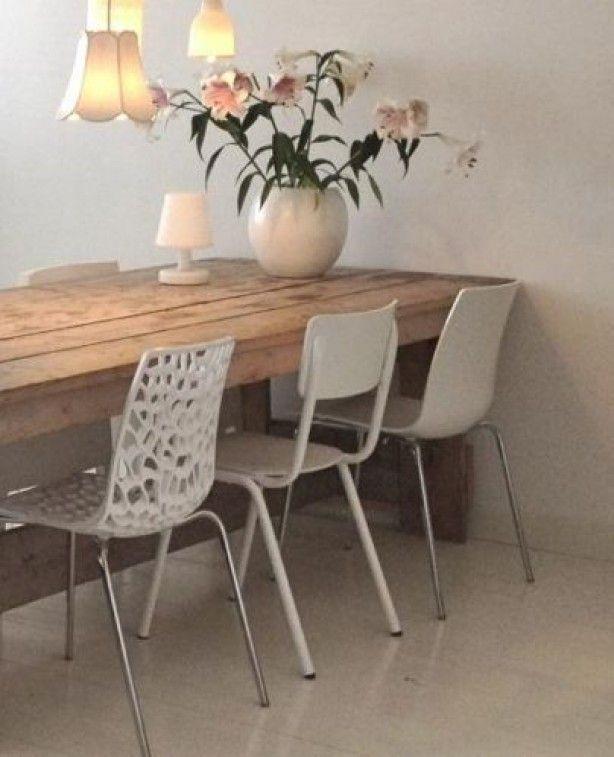 verschillende witte stoelen bij houten tafel nr2