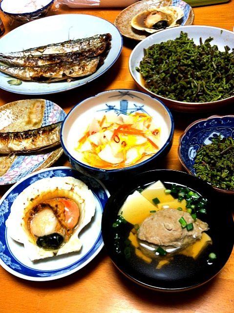 こちらはワラビの季節デス。 - 16件のもぐもぐ - さんま塩焼き、さんまつみれ汁、ワラビのおひたし、大根の酢の物、ホタテバター醤油焼き by momomurasaki