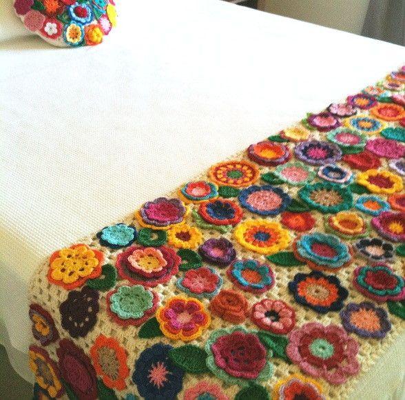 Pezeira para cama, base trabalhada em croche com aplicações de flores e folhas em crochê, Linha 100% algodão. <br>A da foto tem medida 2,40x 0,60 para cama Queen. <br>A almofada redonda não está inclusa no preço.
