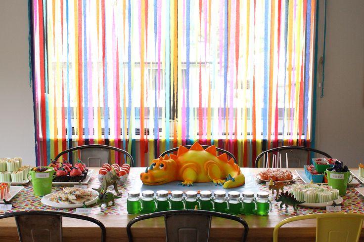 Dinosaur party food / dessert table