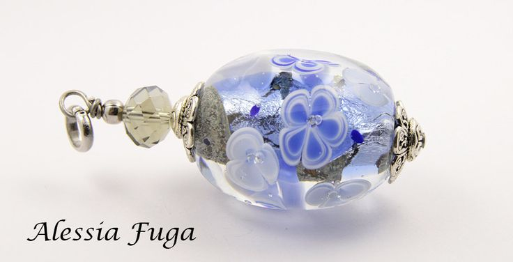 Lampwork bead pendant with flowers in cobalt blue and light blue di alessiafuga su Etsy