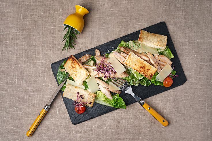 Csirkés cézár, rozmaringos krutonnal, római salátával