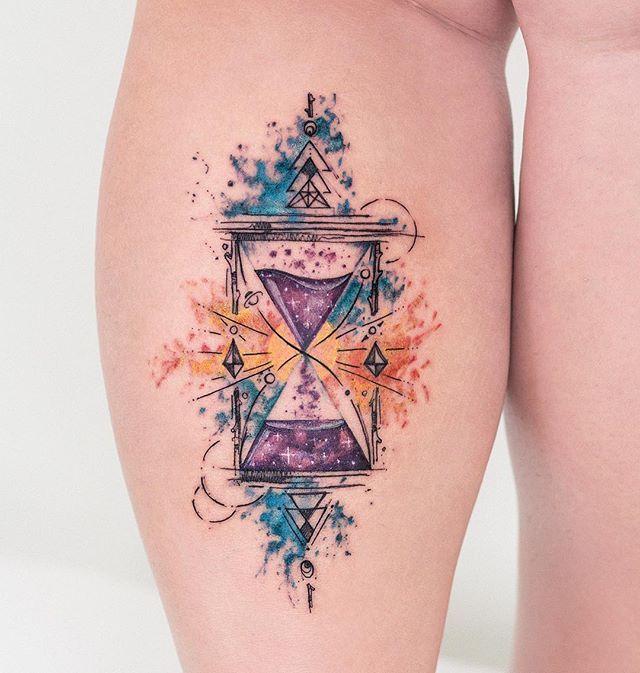 Robson Carvalho  (@robcarvalhoart) on Instagram: Ampulheta abstrata, na perna da Dani. ⌛️☀️ Inspirada em uma obra do @golodesign que ela gosta muito. @daniborguez obrigado pela escolha, e por ter vindo de longe. Adoramos sua visita e da @thuttss ✌️ #aquarela #tatuagem #hourglass #tattoo