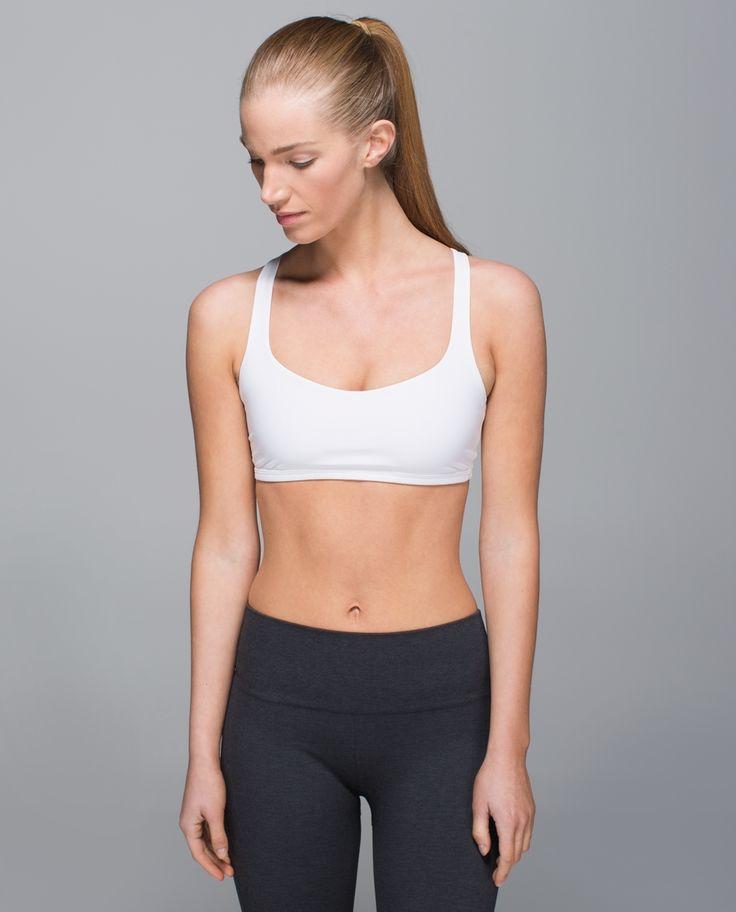 Nous avons conçu ce soutien-gorge pour les adeptes de yoga chaud parmi nous qui ont une petite poitrine.   Les tissus qui évacuent la sueur sont faits pour en prendre et l'encolure profonde à l'avant permet à notre peau de sécher rapidement. La conception dos ouvert est dotée de bretelles à boucles qui suivent nos torsions et nous permettent de nous concentrer sur notre posture.