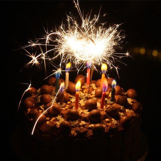 Dê mais luz e alegria aos seus bolos e decorações com este conjunto de 10 Velas Sparklers 30 cm!  https://www.insania.com/z/c170f #velas #festas #decoração #aniversário