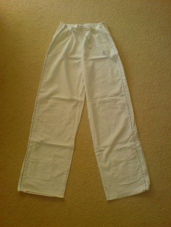 Sportieve broek van het merk Biscote Paris Kleur wit met lichtgrijze verticale bies langs been Maat 38 Met aantrekkoord in taille Zga nieuw Prijs € 19,-