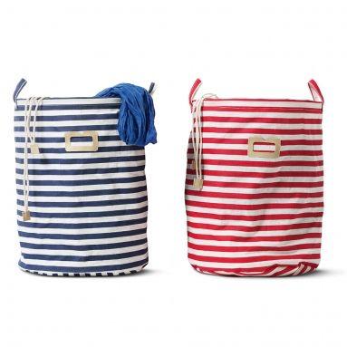 In deze wasmand stop je vuile was zodat je favoriete kledingstukken snel weer gewassen en gestreken in je kast hangen. Rood-wit of blauw-wit gestreepte wasmand.