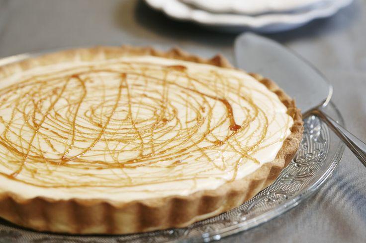 Préchauffez votre four Th. 7 (200°C). Déroulez la pâte dans un moule à tarte et faites-la cuire à blanc selon le mode d'emploi. Décongelez la rhubarbe, coupez-la en gros dés puis faites la revenir délicatement dans le beurre avec 40 g de sucre en évitant de l'écraser. Laissez refroidir et répartissez sur le fond de tarte. Ramollissez la feuille de gélatine dans de l'eau froide puis égouttez-la, faites chauffez une cuillerée à soupe de mascarpone au four à micro-onde puis ajoutez l...