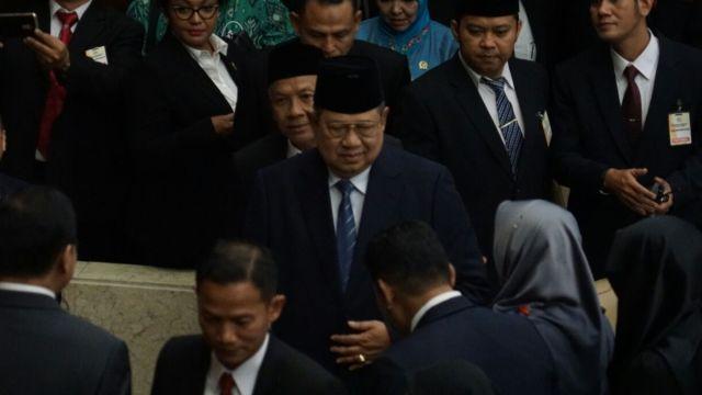 WinNetNews.com - Raja Salman melakukan kunjungan ke DPR/MPR untuk memberikan pidato kenegaraan. Pidato tersebutt dihadiri oleh para menteri dan petinggi Parpol. Salah satu undangan yang hadir adalah mantan Presiden RI, Susilo Bambang Yudhoyono.SBY tampak memakai jas dengan dasi biru saat tiba di Gedung