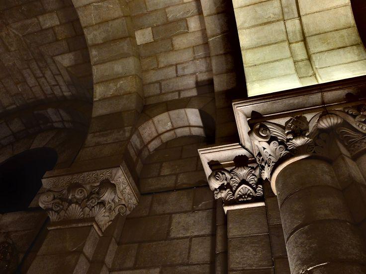 Cripta. Los 400 capiteles que tiene son diferentes, todos.