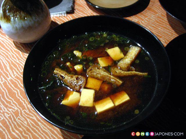 sopa miso_Para enriquecer aún más tu sopa de miso prueba una versión con setas shiitake y espinacas, con almejas o mejillones al vapor, con brócoli cocido, con un poco de arroz y langostino…