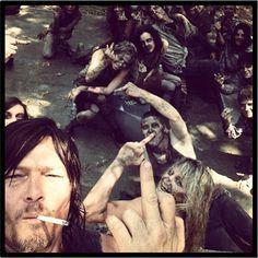 Norman Reedus nous fait un doigt d'honneur en attendant la saison 4 de The Walking Dead !
