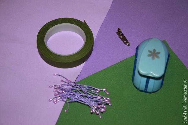Хочу показать Вам, как сделать простую, но очень симпатичную весеннюю брошь. Итак, Вам понадобится: - фоамиран (пористая резина, пена-пластик, ЭВА) 3 цветов - тейп лента - тычинки для цветов - фигурный дырокрл - основа для броши - ножницы - утюг - зубочистки При помощи дырокола вырезаем 40-45 цветочков двух оттенков сиреневого и при помощи ножниц несколько зеленых листочков.…