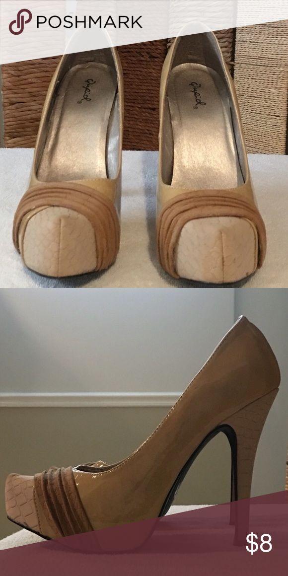 Cream Heels Cream high heel shoes with tan textured design, gently used Qupid Shoes Heels