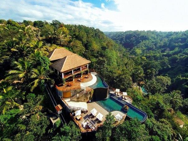 Отель Hanging Gardens Ubud, остров Бали, Индонезия  К услугам гостей роскошного 5-звездочного курортного отеля Hanging Gardens Ubud с видом на реку Аюнг виллы с собственным пейзажным бассейном, спа-центр, 3 ресторана и бесплатный доступ в интернет.    Просторные хорошо оборудованные виллы курортного отеля Hanging Gardens Ubud оформлены в традиционном балийском стиле и имеют большую террасу. Кроме того, на каждой вилле есть телевизор и ванная комната с ванной. Предоставляются халаты.    Гости…